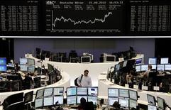 <p>Les valeurs financières de la zone euro sont en forte hausse mardi en fin de séance, entraînant les Bourses dans leur sillage, les investisseurs spéculant sur une intervention plus rapide que prévu de la Banque centrale européenne pour sortir la région de la crise. /Photo prise le 21 août 2012/REUTERS/Remote/Marte Kiessling</p>