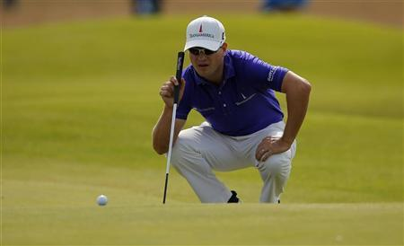 Zach Johnson of the U.S. lines up his putt on the 16th green during the third round of the British Open golf championship at Royal Lytham & St Annes, northern England July 21, 2012. REUTERS/Brian Snyder