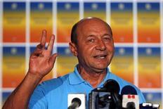 Presidente suspenso da Romênia, Traian Basescu, é visto gesticulando ao falar durante coletiva de imprensa em Bucareste, na Romênia, em 30 de julho de 2012. A Corte Constitucional romena anulou nesta terça-feira o referendo sobre o impeachment de Basescu, ocorrido no mês passado, frustrando o esforço do governo esquerdista para derrubar seus principais adversários políticos meses antes de uma eleição parlamentar. 30/07/2012 REUTERS/Bogdan Cristel