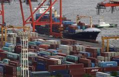 <p>Les exportations japonaises ont subi en juillet leur plus forte baisse depuis six mois (-8,1% par rapport à juillet 2011, un recul bien plus marqué qu'attendu) en raison de l'érosion de la demande européenne et chinoise, confirmant une dégradation déjà observée dans plusieurs autres pays asiatiques. /Photo prise le 20 juin 2012/REUTERS/Yuriko Nakao</p>