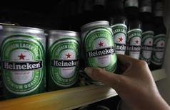 <p>Heineken a réalisé au premier semestre un bénéfice avant impôts et charges financières (Ebit) de 1,265 milliards d'euros, légèrement inférieur au consensus Reuters et à celui du premier semestre 2011, sous l'effet du ralentissement en Europe de l'Ouest et de la hausse des coûts d'approvisionnement. Le brasseur néerlandais s'attend cependant à une stabilité de ses bénéfices sur l'ensemble de cette année grâce aux marchés émergents. /Photo prise le 20 juillet 2012/REUTERS/Sukree Sukplang</p>