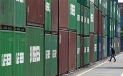 Грузовые контейнеры в токийском порту, 22 марта 2012 года. Японский экспорт показал в июле худшую динамику за шесть месяцев, так как отгрузки в Европу и Китай снизились. REUTERS/Toru Hanai