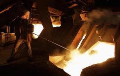 Сталевар работает у доменной печи на металлургическом заводе в Донецке, 26 июня 2012 года. Рост валового внутреннего продукта Украины, где через два месяца пройдут очередные парламентские выборы, замедлился в январе-июле 2012 года по сравнению с аналогичным периодом прошлого года до 2,0 процентов с 2,5 процента в январе-июне из-за ухудшения конъюнктуры для экспорта, сообщил премьер-министр Николай Азаров. REUTERS/Vasily Fedosenko