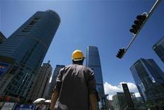 <p>Quartier des affaires de Shenzhen, dans la province chinoise du Guangdong. Alors que des médias chinois entretiennent la spéculation sur de nouveaux plans d'investissement massifs, Standard & Poor's estime dans une étude que la Chine a les moyens de lancer un plan de relance pour soutenir son économie mais que cela l'exposerait à de nouveaux risques. /Photo d'archives/REUTERS/Bobby Yip</p>