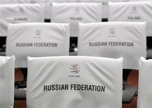 Стулья для российских делегатов на церемонии, посвященной принятию России в ВТО, в рамках 8-й Министерской конференции ВТО в Женеве, 16 декабря 2011 года. Россия ждала вступления во Всемирную торговую организацию 19 лет, и наконец-то период ожидания закончился. К сожалению, инвестиционное и экспортное чудо, которое произошло с Китаем после того, как он попал в ВТО, для России может оказаться недоступным. REUTERS/Denis Balibouse
