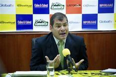 Presidente do Equador, Rafael Correa, gesticula durante entrevista, em Loja, no Equador. Equador está disposto a negociar sobre o destino de Julian Assange caso a Grã-Bretanha retire a ameaça de invadir sua embaixada em Londres, disse o presidente. 17/08/2012 REUTERS/Guillermo Granja