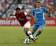 Lateral do Arsenal André Santos disputa bola com Jonathan Carril do Kitchee Fc's. 29/07/2012. REUTERS/Tyrone Siu