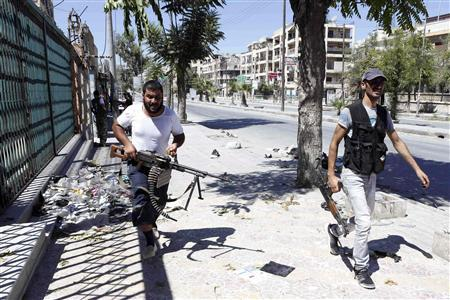 Syrian rebel fighters run for cover from heavy fighting in the Saif al-Dawla district in the centre of Aleppo city August 22, 2012. REUTERS/Youssef Boudlal