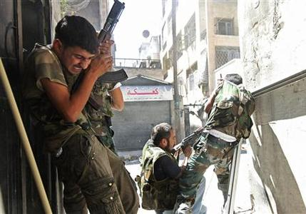 Members of the Free Syrian Army clash with Syrian army soldiers in Aleppo's Saif al-Dawla district, August 22, 2012. REUTERS/Zain Karam CONFLICT)