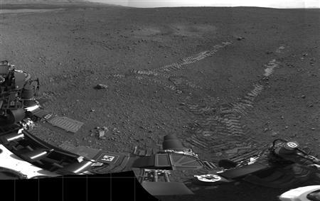 Handout image courtesy of NASA shows tracks left by the Curiosity rover on Mars August 22, 2012. The rover made its first move, going forward about 15 feet (4.5 meters), rotating 120 degrees and then reversing about 8 feet (2.5 meters). Curiosity is about 20 feet (6 meters) from its landing site, now named Bradbury Landing. REUTERS/JPL/Handout