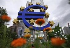 Символ евро перед зданием ЕЦБ во Франкфурте-на-Майне, 29 июня 2012 г. Еврозона, кажется, обречена на вторую рецессию за три года, если верить деловым обзорам, которые показывают, что экономическая слабость распространяется даже на Германию, самую большую и сильную экономику региона. REUTERS/Alex Domanski