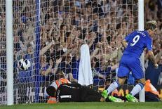 Fernando Torres, do Chelsea (D) marca gol no goleiro Adam Federici (C), do Reading, durante partida da primeira divisão do campeonato inglês em Stamford Bridge, em Londres. 22/08/2012 REUTERS/Toby Melville