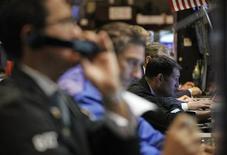 Трейдеры на Нью-Йоркской фондовой бирже, 22 августа 2012 года. Американские рынки акций открылись снижением после публикации еженедельного отчета о числе обращений за пособием по безработице. REUTERS/Brendan McDermid