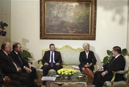 Egypt's President Mohamed Mursi (R), Prime Minister Hisham Kandil (C), Finance Minister Mumtaz al-Saeed (L) and Governor of Egypt's Central Bank (CBE) Farouk El-Okdah (2nd L) meet with IMF Managing Director Christine Lagarde at the Presidential Palace in Cairo, August 22, 2012. REUTERS/Amr Abdallah Dalsh