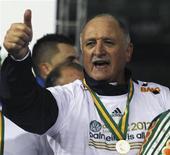 Técnico do Palmeiras Luis Felipe Scolari faz sinal de positivo após seu time ganhar a Copa do Brasil sobre o Coritiba, em Curitiba. Felipão disse que gostaria de comandar uma equipe na Copa do Mundo de 2014 no Brasil, mas não recebeu nenhum convite. 11/07/2012 REUTERS/Paulo Whitaker