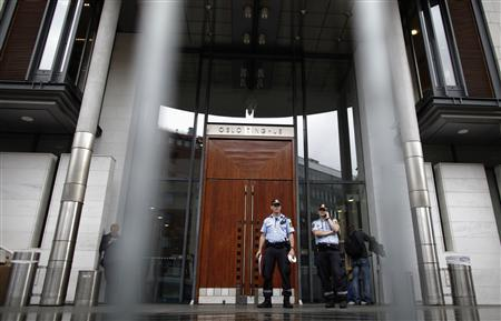 Policemen stand outside a courthouse in Oslo August 23, 2012. REUTERS/Stoyan Nenov