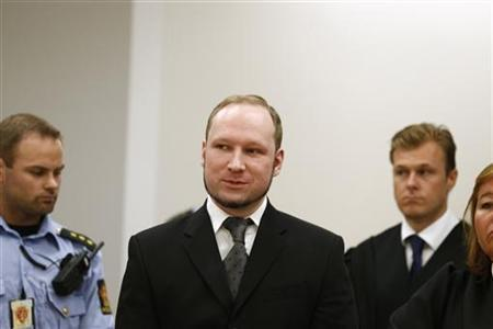 Norwegian mass killer Anders Behring Breivik (C) arrives in the court room at Oslo Courthouse August 24, 2012. REUTERS/Heiko Junge/NTB Scanpix/Pool