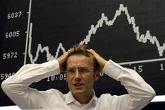 Трейдер на Франкфуртской фондовой бирже, 16 сентября 2008 года. Европейские рынки акций открылись снижением вслед за Уолл-стрит на фоне угасания надежд на новые стимулирующие меры ФРС США. REUTERS/Alex Grimm
