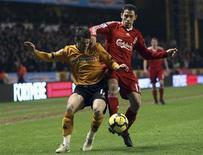 """Игрок """"Вулверхэмптона"""" Мэтт Джарвис (слева) борется за мяч с Макси Родригесом из """"Ливерпуля"""" в матче чемпионата Англии, 26 января 2010 года. """"Вест Хэм"""" купил крайнего полузащитника """"Вулверхэмптона"""" и сборной Англии Мэтта Джарвиса, сообщили лондонцы в пятницу. REUTERS/Darren Staples"""