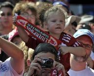 """Юная болельщица """"Ливерпуля"""" на матче против """"Торонто"""" в Торонто 21 июля 2012 года. Матчи ведущих европейских чемпионатов пройдут в ближайшие выходные. REUTERS/Mike Cassese"""