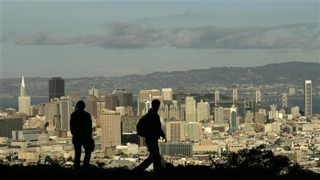 A couple takes in the view of the San Francisco, California skyline January 7, 2008. REUTERS/Robert Galbraith