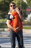 Ator Tom Cruise é visto carregando sua filha Suri para dentro do ginásio de esportes Chelsea Piers, em Nova York, nos EUA, ensta foto de julho de 2012. A atriz Katie Holmes saiu de mãos abanando do seu processo de divórcio com Tom Cruise, mas a filha do casal, Suri, de 6 anos, vai receber uma pensão anual de 400 mil dólares até os 18 anos, disse o site de celebridades TMZ.com nesta sexta-feira. 07/07/2012 REUTERS/Andrew Burton