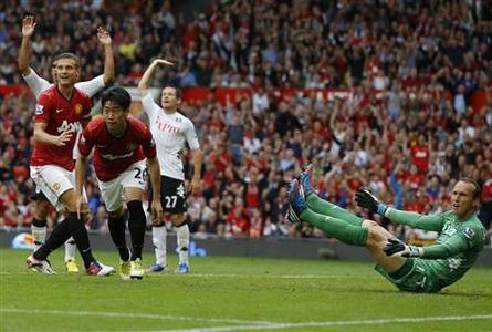 Fulham's goalkeeper Mark Schwarzer (R) reacts as Manchester United's Shinji Kagawa (3rd R) celebrates his goal during their Premier League match at Old Trafford in Manchester, northern England, August 25, 2012. REUTERS/Phil Noble