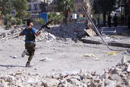 A member of the Free Syrian Army runs for cover during clashes with Syrian army soldiers in Aleppo's Saif al-Dawla district, August 25, 2012. REUTERS/Zain Karam