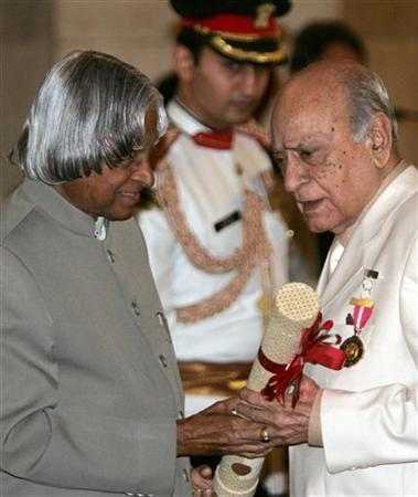 Actor A.K. Hangal (R) is seen receiving the Padma Bhushan award from President A.P.J. Abdul Kalam during an investiture ceremony of India's highest civilian awards in New Delhi in this March 20, 2006 file photo. REUTERS/B Mathur/Files