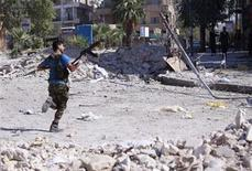 A member of the Free Syrian Army runs for cover during clashes with Syrian army soldiers in Aleppo's Saif al-Dawla district, August 25, 2012. REUTERS/Zain Karam (SYRIA - Tags: CIVIL UNREST POLITICS)