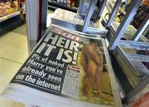 Uma cópia do jornal The Sun, que coloca a foto do príncipe Harry na capa, é vista em loja em Londres. O jornal publicou as fotos na sexta-feira, sendo a primeira publicação britânica a desafiar um pedido dos advogados da família real. 24/08/2012 REUTERS/Toby Melville
