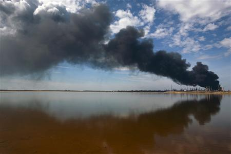 A column of smoke rises, a day after an explosion at Amuay oil refinery in Punto Fijo in the Peninsula of Paraguana August 26, 2012. REUTERS/Gil Montano