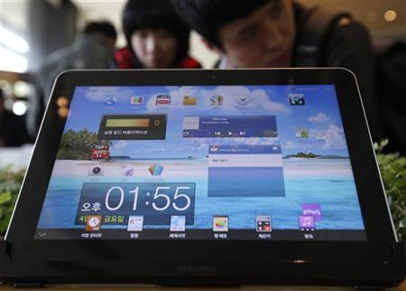 The Samsung Electronics' Galaxy Tab is displayed for customers at a store in Seoul April 6, 2012. REUTERS/Kim Hong-Ji