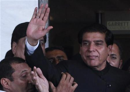 Pakistan's Prime Minister Raja Pervez Ashraf waves after arriving at the Supreme Court in Islamabad August 27, 2012. Ashraf is to appear before the Supreme Court over his failure to comply with orders to reopen corruption cases against President Asif Ali Zardari. REUTERS/Mian Khursheed