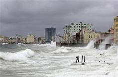 Волны разбиваются о набережную Гаваны 26 августа 2012 года. Первый ураган сезона 2012 года может помешать добыче нефти в Мексиканском заливе и угрожает НПЗ и прочей нефтяной инфраструктуре на побережье США. REUTERS/Desmond Boylan