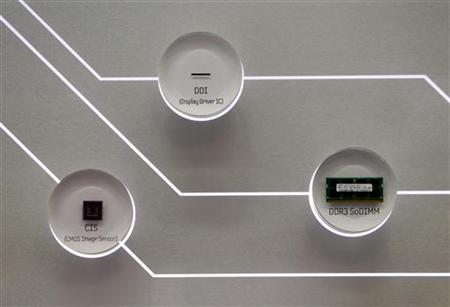 Memory chips made by Samsung Electronics are displayed at the company's main office in Seoul January 29, 2010. REUTERS/Lee Jae-Won/Files