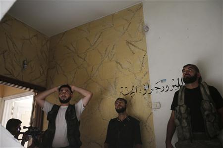 Free Syrian Army fighters discuss a new tactic to push the frontline at the Seif El Dawla neighbourhood in Aleppo August 27, 2012. REUTERS-Youssef Boudlal