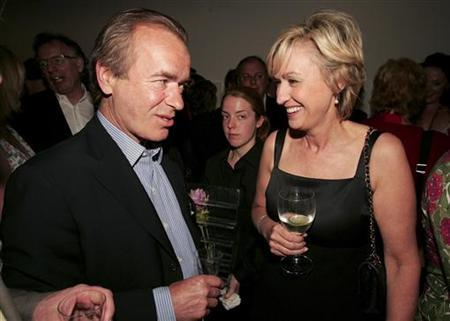 Novelist Martin Amis (L) talks to Tina Brown at the launch of Brown's book ''The Diana Chronicles'' at a party hosted by Reuters in the Serpentine Gallery in central London, June 18, 2007. REUTERS/Paul Hackett