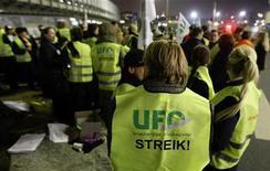 Бортпроводники принимают участие в забастовке в аэропорту Франкфурта-на-Майне, 28 января 2009 г. Профсоюз бортпроводников UFO пообещал во вторник провести забастовки в авиакомпании Lufthansa, после того как длительные переговоры о повышении оплаты труда не увенчались успехом. REUTERS/Alex Grimm
