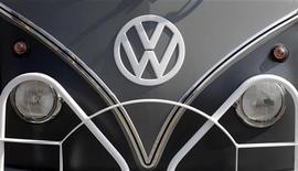 Эмблема Volkswagen на автобусе в Ганновере, 1 мая 2012 г. Немецкий автоконцерн Volkswagen планирует построить под Калугой завод по производству автомобильных двигателей стоимостью 250 миллионов евро, сказал Михаэль Махт, член правления концерна, отвечающий за производство. REUTERS/Tobias Schwarz