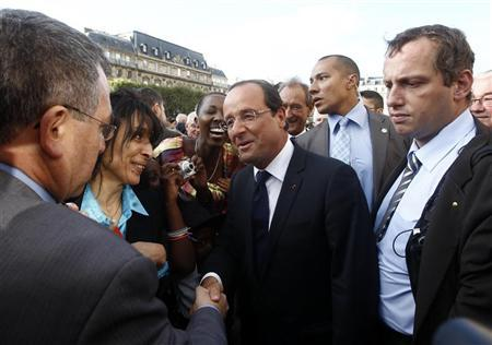 French President Francois Hollande talks with supporters after a ceremony marking the 66th anniversary of the Liberation of Paris, Agust 25, 2012. REUTERS/Jacky Naegelen/POOL