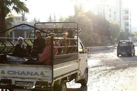 Civilians flee the violence from the Damascus suburbs of Kfarbatna August 28, 2012. REUTERS/Omar al-Khani