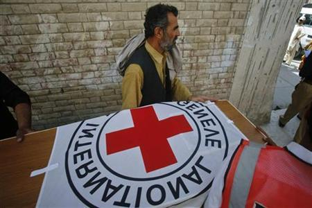 Hospital staff and rescue workers carry the casket of Khalil Rasjed Dale, a British doctor working with the International Committee of the Red Cross, to an ambulance at a hospital in Quetta April 30, 2012. REUTERS/Naseer Ahmed