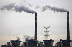 Дым поднимается над трубами угольной электростанции в Ухане 18 июля 2011 года. Экономика Китая медленно стабилизируется, так как поддерживающие рост меры правительства начинают приносить плоды, а ограничения на рынке недвижимости подавили спекуляции, сказал в среду глава ведущего планового агентства страны. REUTERS/Stringer