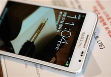 Galaxy Note в магазине в Сеуле, 27 августа 2012 г. Samsung Electronics Co представит второе поколение своего популярного устройства Galaxy Note, совмещающего функции телефона и планшета, на крупнейшей европейской выставке электроники в Берлине в среду. REUTERS/Lee Jae Won