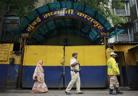 Policemen patrol outside Arthur Road Jail where Mohammad Ajmal Kasab is held in Mumbai August 29, 2012. REUTERS/Danish Siddiqui/Files