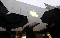 <p>Imagen de archivo de un grupo de clientes junto a la tienda insigne de la firma Apple en San Francisco, EEUU, mar 16 2012. La disputa de patentes entre Apple y Samsung Electronics todavía no ha alcanzado a China, puesto que no existen solicitudes de investigación emitidas por ninguna de las dos compañías en el país, reportó el miércoles la agencia de noticias Xinhua. REUTERS/Robert Galbraith</p>