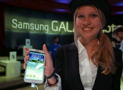 A model poses with the new Samsung Galaxy Note II tablet device during Samsung Mobile Unpacked 2012 event in Berlin's Tempodrom hall ahead of the start of the IFA consumer electronics fair in Berlin, August 29, 2012. REUTERS/Pawel Kopczynski