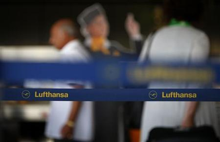 Passengers of German air carrier Lufthansa queue at a baggage drop-off at Fraport airport in Frankfurt August 28, 2012. REUTERS/Kai Pfaffenbach