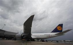 <p>Les personnels de bord de Lufthansa entameront vendredi un mouvement de grève, ce qui pourrait perturber plusieurs centaines de vols de la compagnie aérienne. /Photo prise le 1er juin 2012/REUTERS/Larry Downing</p>